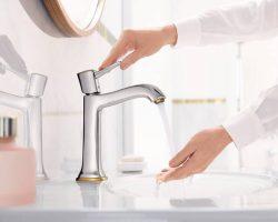 metropol-classic-160-basin-mixer_woman-washing-hands_ambience_4x3