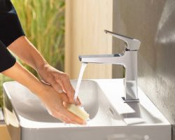 metropol-single-lever-bath-mixer_woman-washes-hands_part-ambience_4x3